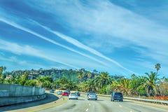 在101向北的高速公路的交通 免版税图库摄影
