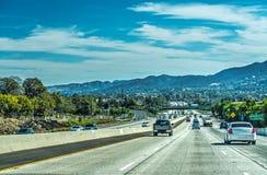 在101向南的高速公路的交通 免版税图库摄影