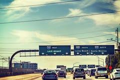 在105向西的高速公路的交通 免版税库存图片