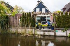 在水和庭院附近的好的房子 免版税图库摄影