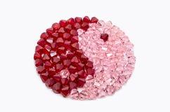 在嬴和杨的形状的红色和桃红色水晶 免版税库存图片