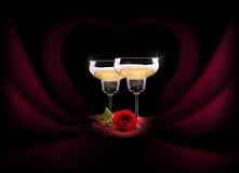 在黑和红色丝绸的香宾玻璃与花 库存图片