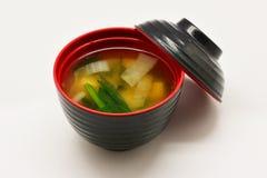 在黑和红色碗的大酱汤 库存照片