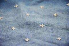 在织品牛仔裤样式背景的花 免版税图库摄影