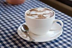 在织品的一份拿铁咖啡 库存照片
