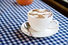 在织品的一份拿铁咖啡 库存图片