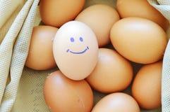 在织品的微笑的带红色黄色鸡蛋请求 免版税库存图片