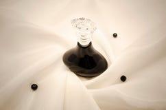 在织品的香水瓶 免版税库存图片