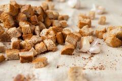 在织品的黑麦面包油煎方型小面包片 库存图片