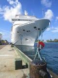在巴哈马靠码头的游轮 免版税库存图片