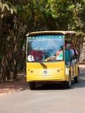 在吴哥打开有游人的观察公共汽车 免版税库存照片