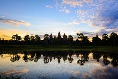 在吴哥窟寺庙,柬埔寨的神秘的日出 免版税库存照片