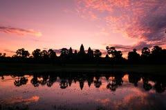 在吴哥窟寺庙,柬埔寨的神秘的日出 免版税库存图片