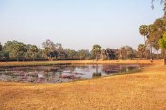在吴哥窟,暹粒,柬埔寨前面的湖 免版税库存图片