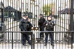 在10唐宁街伦敦之外的武装的警察 库存图片