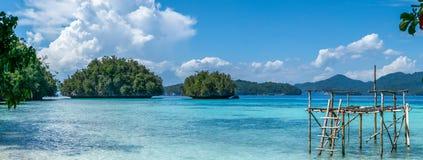 在巴图利马,生物多样性手段, Gam海岛, Doberai Eco在背景中, Urai,西部Papuan,王侯附近的渔夫平台 免版税库存照片