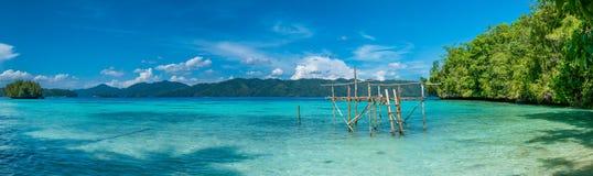 在巴图利马,生物多样性手段, Gam海岛, Doberai Eco在背景中, Urai,西部Papuan,王侯附近的渔夫平台 免版税库存图片