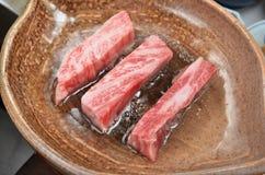 在黏土板材的烤牛肉 图库摄影