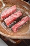在黏土板材的烤牛肉 库存照片