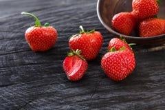 在黑土气木背景的红色新鲜的草莓 免版税图库摄影