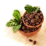 在黏土的咖啡粒滚保龄球 免版税库存图片