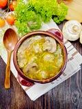 在黏土的汤用丸子和蘑菇滚保龄球在上面上 免版税库存图片
