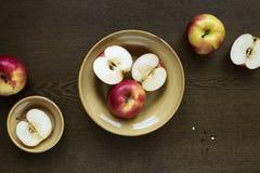 在黏土盘的苹果在木板 库存图片