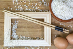在黏土碗、筷子和红皮蛋的白米 库存图片