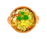 在黏土碗上面的汤蔬菜通心粉汤 免版税库存照片