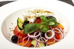 在黏土碗的新鲜的希腊沙拉,隔绝在白色 库存照片
