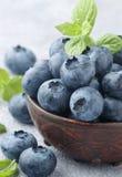 在黏土碗的新鲜的有机蓝莓 免版税库存照片