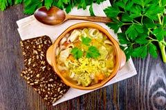 在黏土碗的汤蔬菜通心粉汤在上面上 免版税库存图片