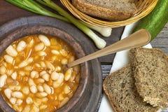 在黏土碗的煮熟的豆 图库摄影