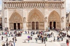 在巴黎圣母院大教堂前面的游人 免版税库存照片