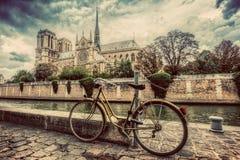 在巴黎圣母院旁边的减速火箭的自行车在巴黎,法国 葡萄酒 免版税库存照片