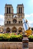 在巴黎圣母院的望远镜 库存图片