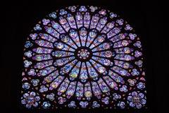 在巴黎圣母院里面的污迹玻璃窗 库存照片