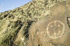 在刻在岩石上的文字国家历史文物的美国本地人刻在岩石上的文字,在亚伯科基之外,新墨西哥 免版税图库摄影