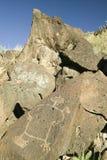 在刻在岩石上的文字国家历史文物的美国本地人刻在岩石上的文字,在亚伯科基之外,新墨西哥 免版税库存照片