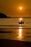 在水在日落, Porth海滩,康沃尔郡,英国的小船 库存照片