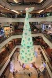 在2015年在节日步行购物中心的圣诞树 库存照片