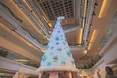 在2015年在节日步行购物中心的圣诞树 库存图片