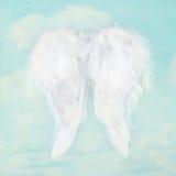 在织地不很细天空背景的白色天使翼 免版税库存图片