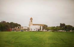 在绿地前面的修道院 图库摄影