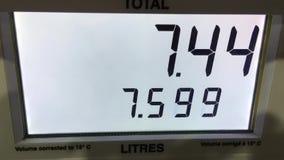 在驻地泵浦scree的上涨的汽油价格 影视素材