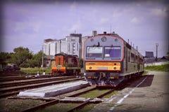 在驻地的两列火车 从平台的看法 都市横向的夏天 热 免版税库存照片