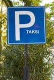 在绿地的土耳其出租汽车公园标志在伊兹密尔 免版税库存照片