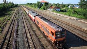 在驻地的火车到来看见铁路轨道 免版税库存照片