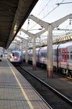 在驻地的现代火车Sapsan到来在俄罗斯,圣彼得堡 免版税库存照片