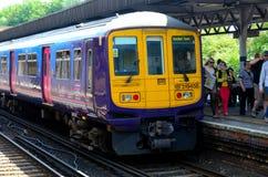 在驻地的英国市郊火车在伦敦的肯特郊区 图库摄影
